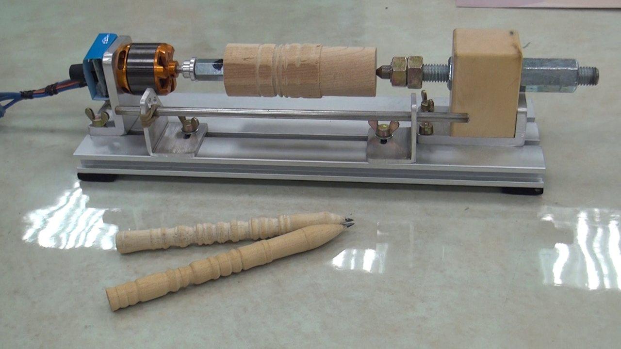 雲林科技大學微型通識課程正夯,由數位媒體設計系引進業界教師許智鈞以「原木鉛筆車製...