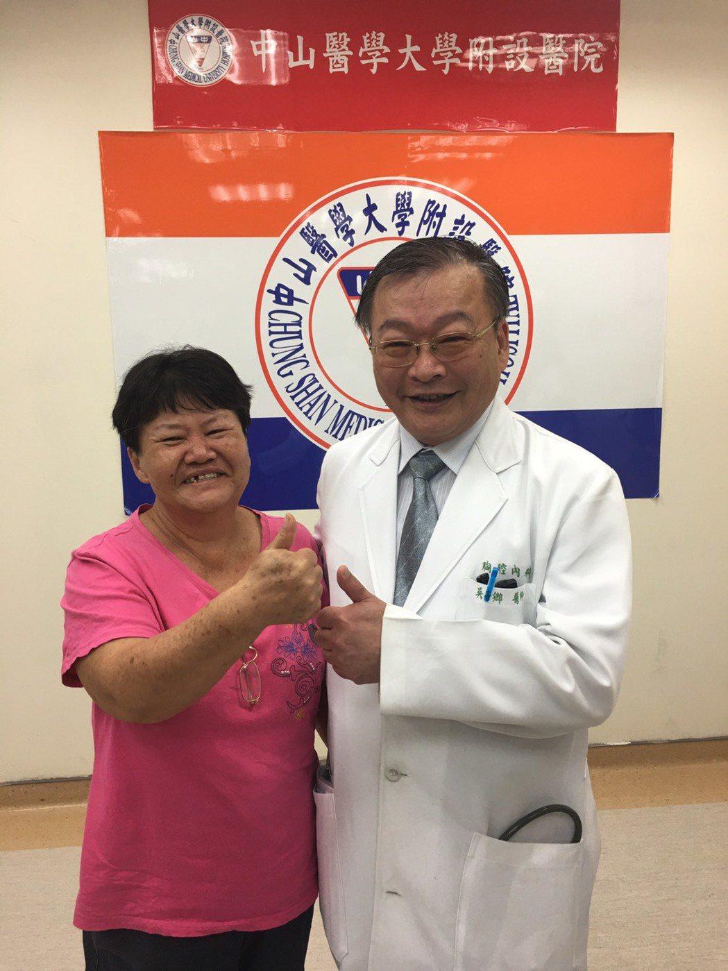 女病患盧女士(左)今特別回院感謝吳子卿,她說手術後身體好很多,讓她經常四處跑,還...
