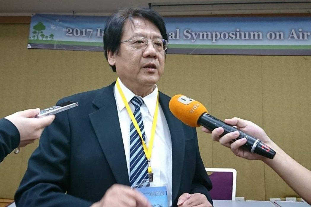 環保署空保處長蔡鴻德表示,民國101年,環保署訂定台灣PM2.5年平均值應低於每...