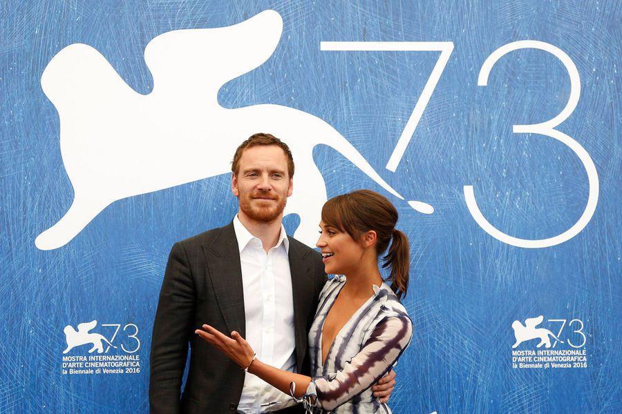 麥克法斯賓達與艾莉西亞薇坎德一起出席威尼斯影展活動。圖/路透資料照