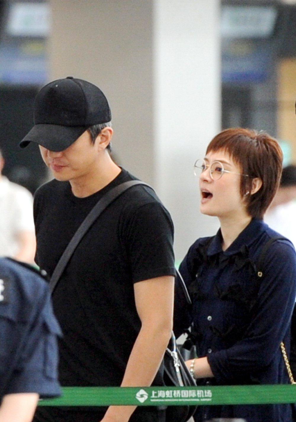 孫儷(右)與鄧超夫婦,日前現身上海機場。圖/CFP