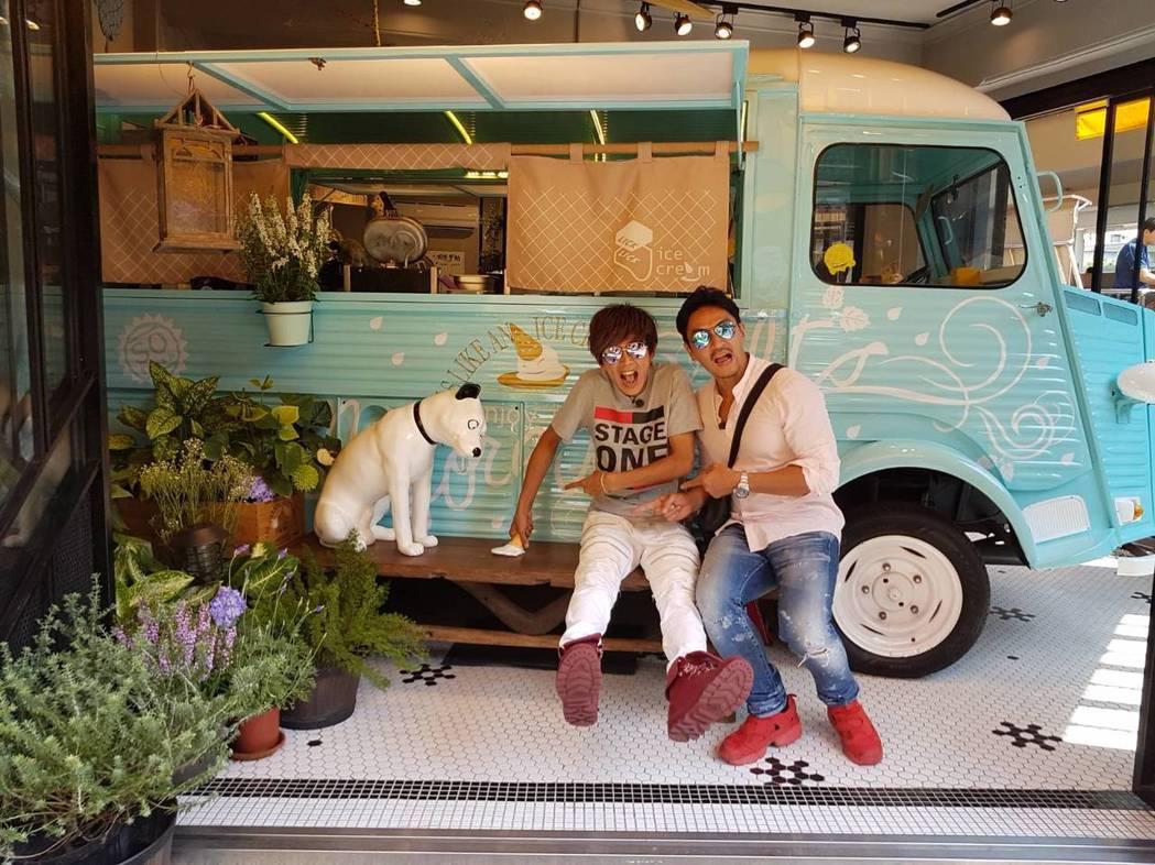 阿翔(左)和夢多在舒淇愛吃的冰淇淋店。圖/TVBS提供