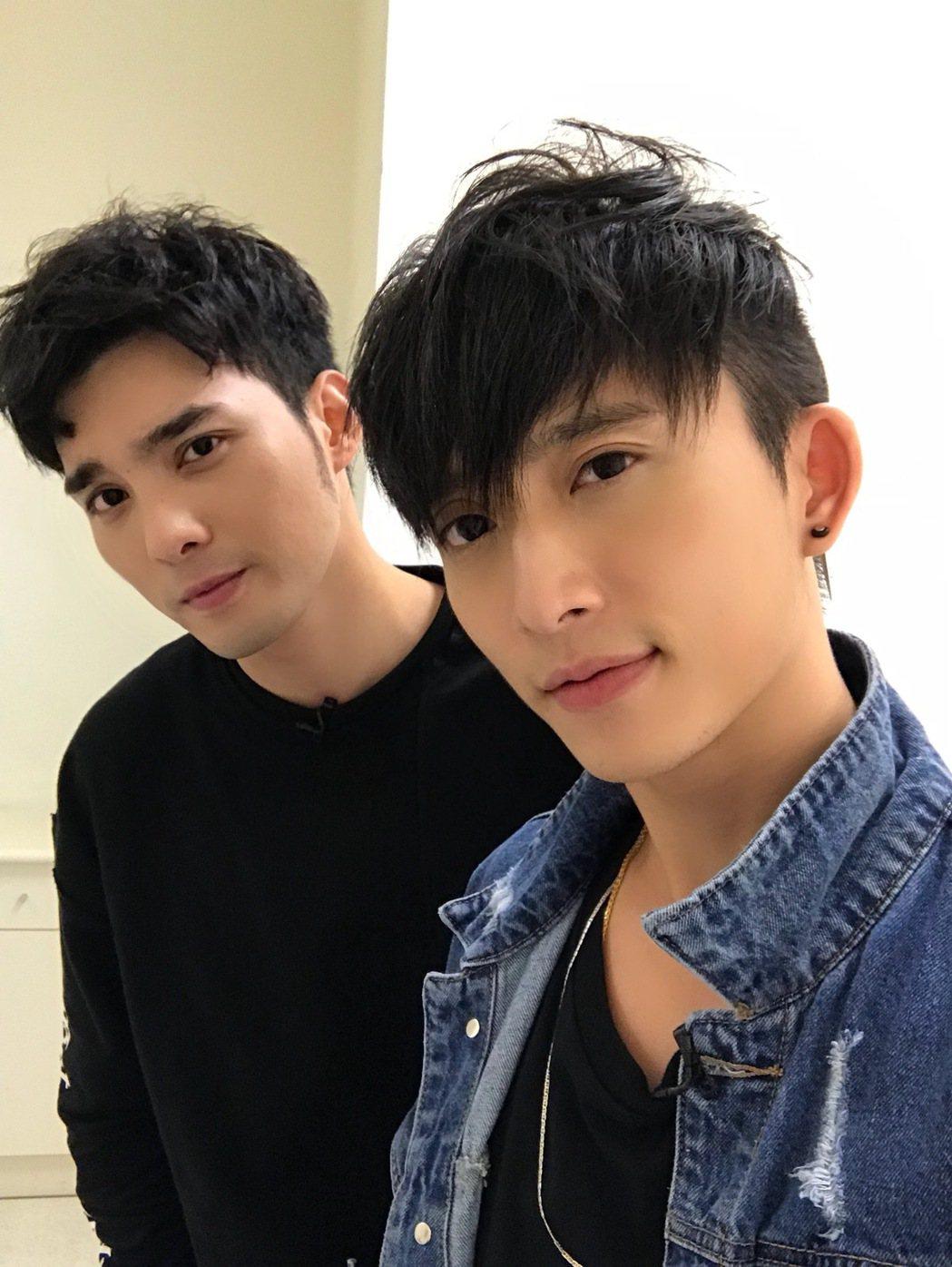 邱鋒澤(右)找偉晉合唱。圖/QIU STUDIO提供