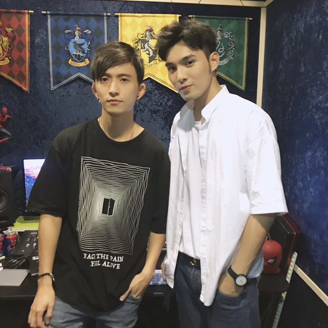 邱鋒澤(左)找偉晉合唱。圖/QIU STUDIO提供