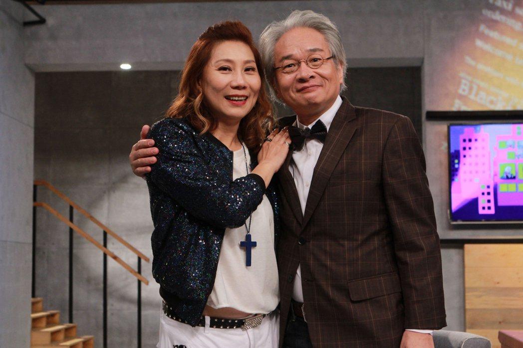 郎祖筠(左)上馮光遠主持的「夜深人未靜」。圖/民視提供