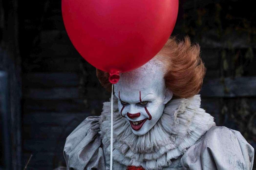 「牠」片中造型詭異駭人的小丑比爾史科斯嘉,其實本人外形酷帥俊美。圖/高雄電影節提