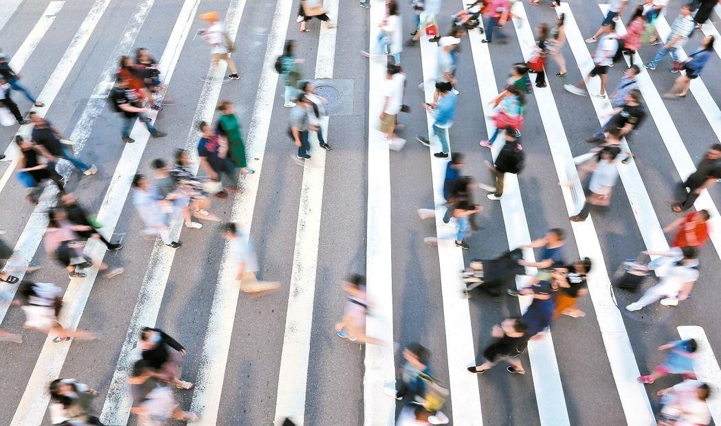 根據行政院主計總處發布的「國人赴海外工作人數」統計顯示,自2009年到2015年...