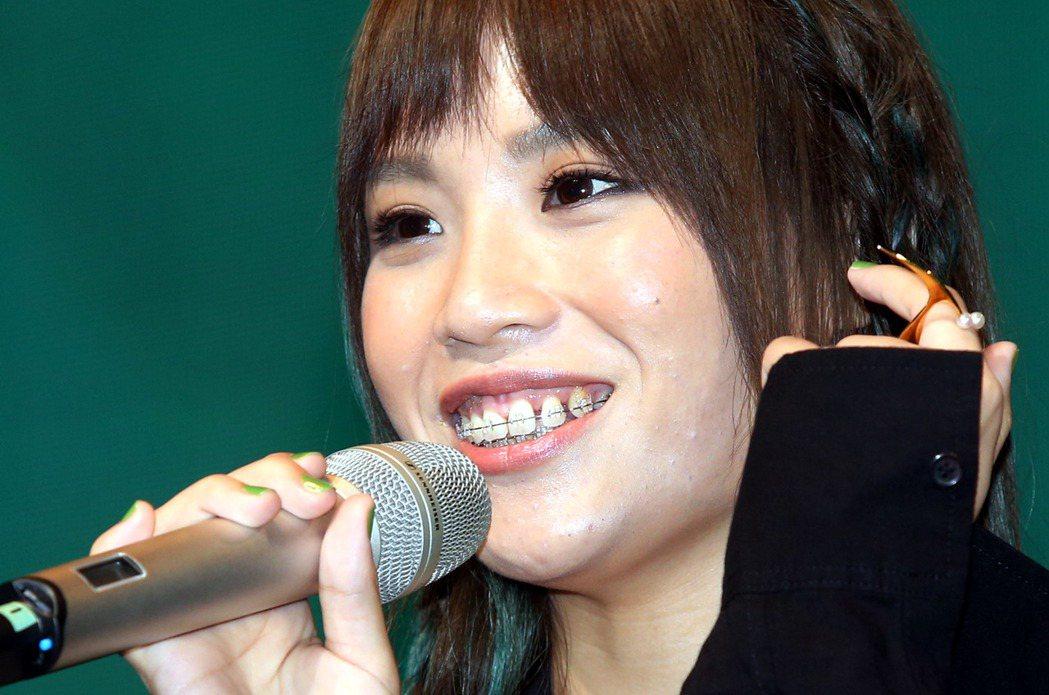 歌手呂薔Amuyi首張個人專輯發片記者會,現場演唱兩首新歌,口中仍戴著牙套。記者...
