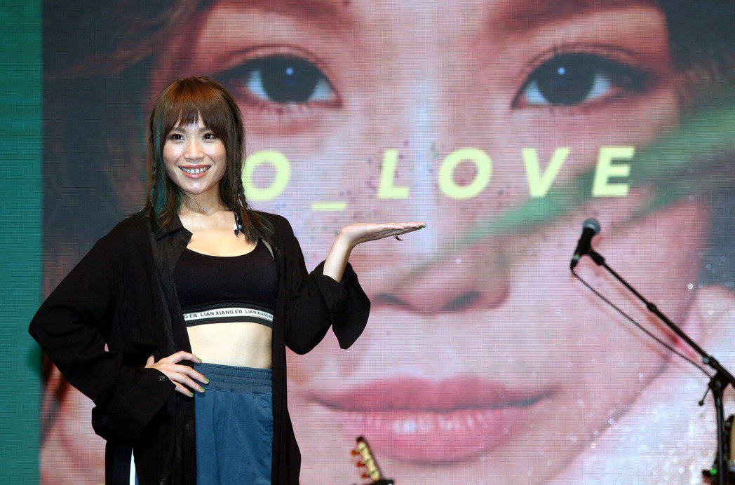 歌手呂薔Amuyi首張個人專輯發片記者會,現場演唱兩首新歌, 「O_LOVE」、...