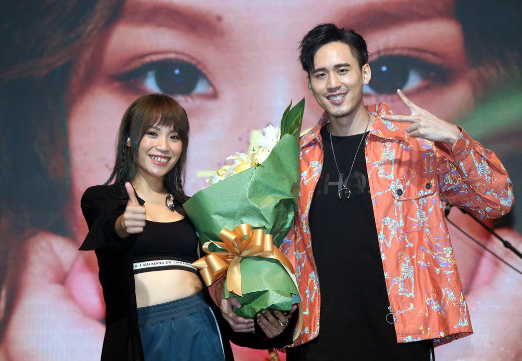 歌手呂薔Amuyi首張個人專輯發片記者會,製作人麻吉弟弟並到場獻花鼓勵。記者林俊...