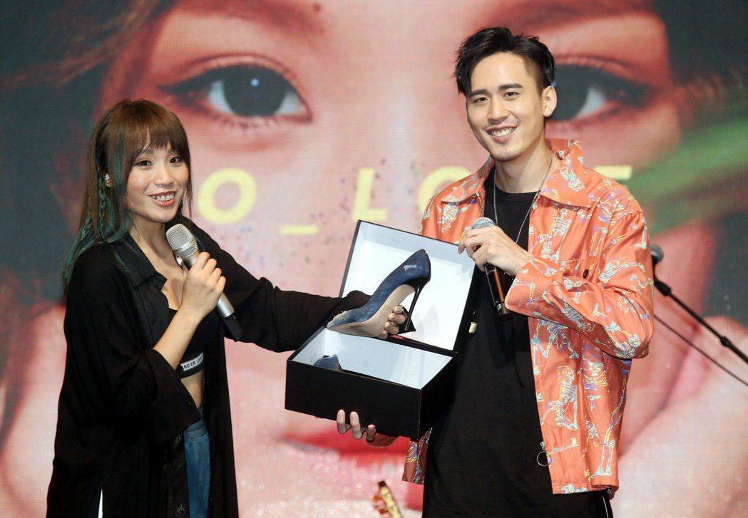 歌手呂薔Amuyi首張個人專輯發片記者會,製作人麻吉弟弟並到場獻花送高跟鞋鼓勵。...