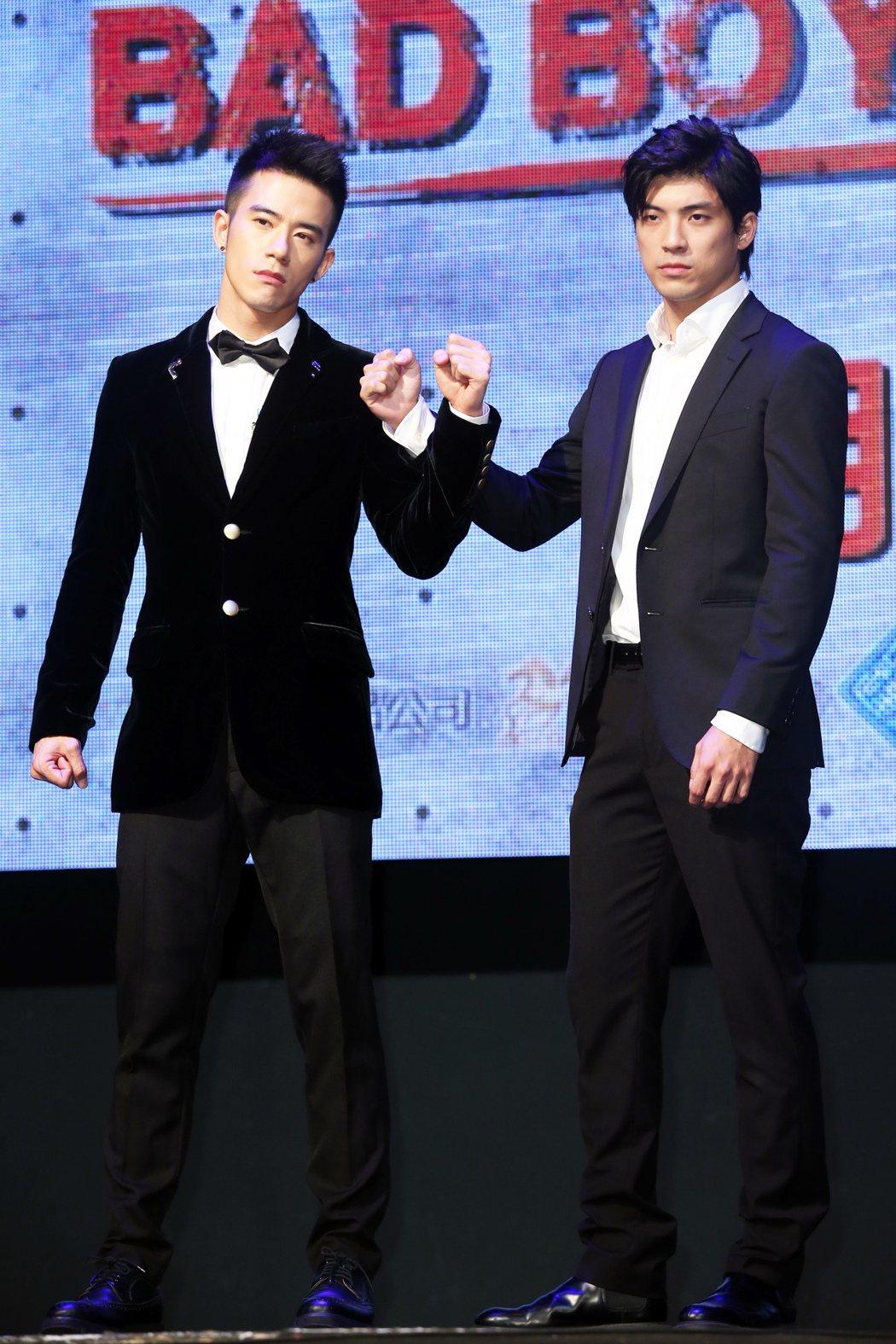 紀言愷(左)及林哲熹(右)在記者會上互別苗頭。記者徐兆玄/攝影