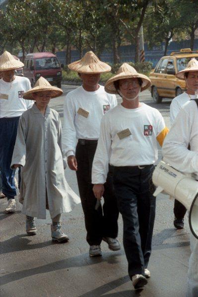 一頂斗笠,一雙布鞋,林義雄帶著他所宣揚的核四公投信念,1994年徒步走了台灣一圈...