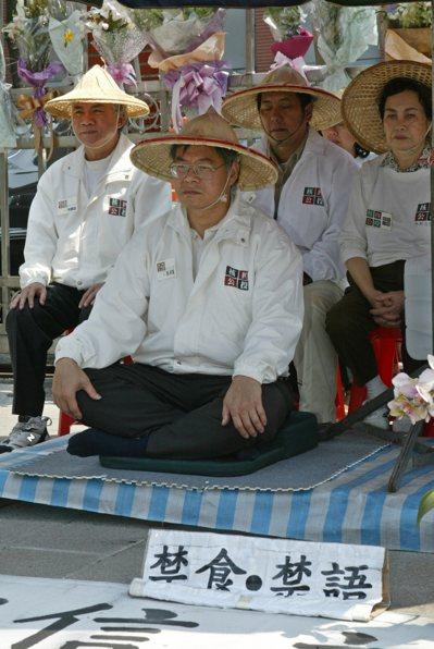 林義雄(左)2004年再度加入立法院前的靜坐,期待落實「立委減半」提案能順利通過...