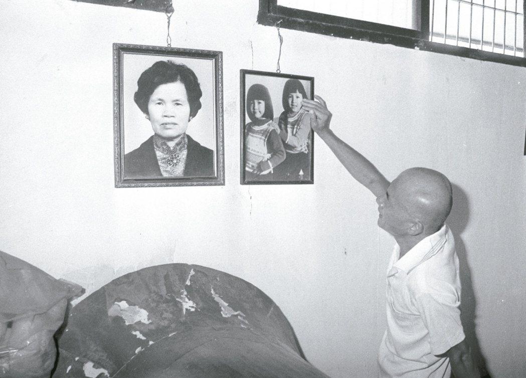 1984年頂著光頭的林義雄假釋出獄隔天,前往殯儀館悼祭亡母和女兒。 本報資料照片