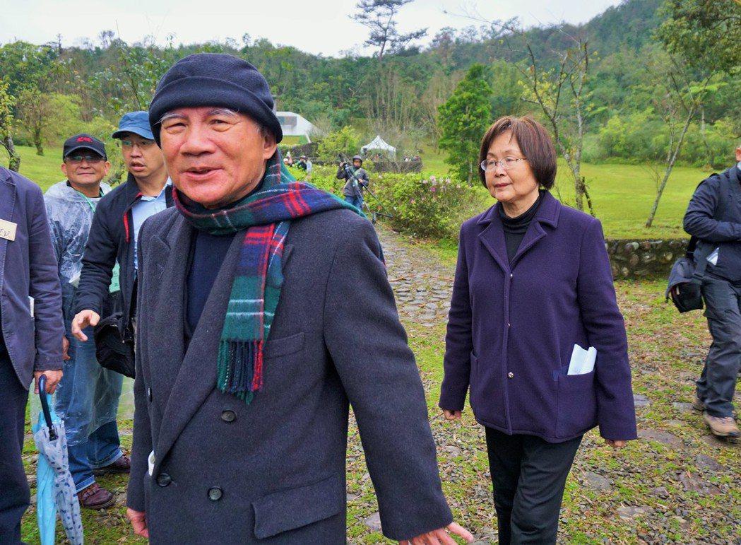 林義雄(左)今年2月偕同妻子方素敏到慈林紀念林園,緬懷亡母。 本報資料照片
