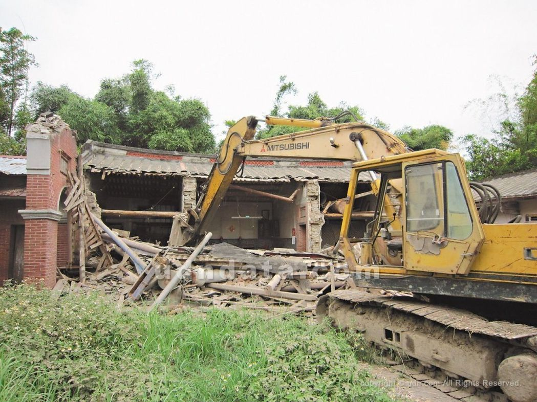 台中市定古蹟「瑞成堂」因位處重劃計畫道路上,遭人惡意破壞,古厝滿目瘡痍。本報資料...