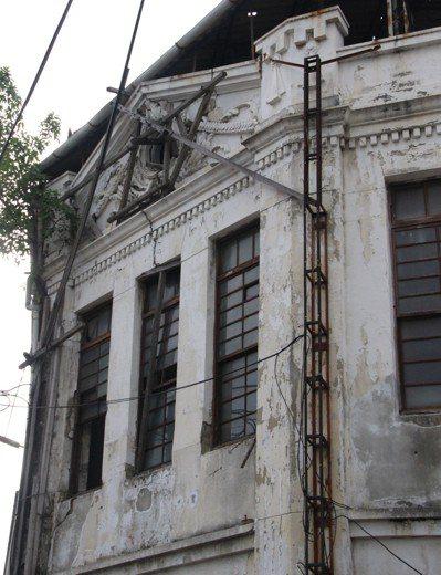 彰化拉吉吉散石油會社代理店荒廢20多年,建築結構損毀,今年被列為暫定古蹟。本報資...