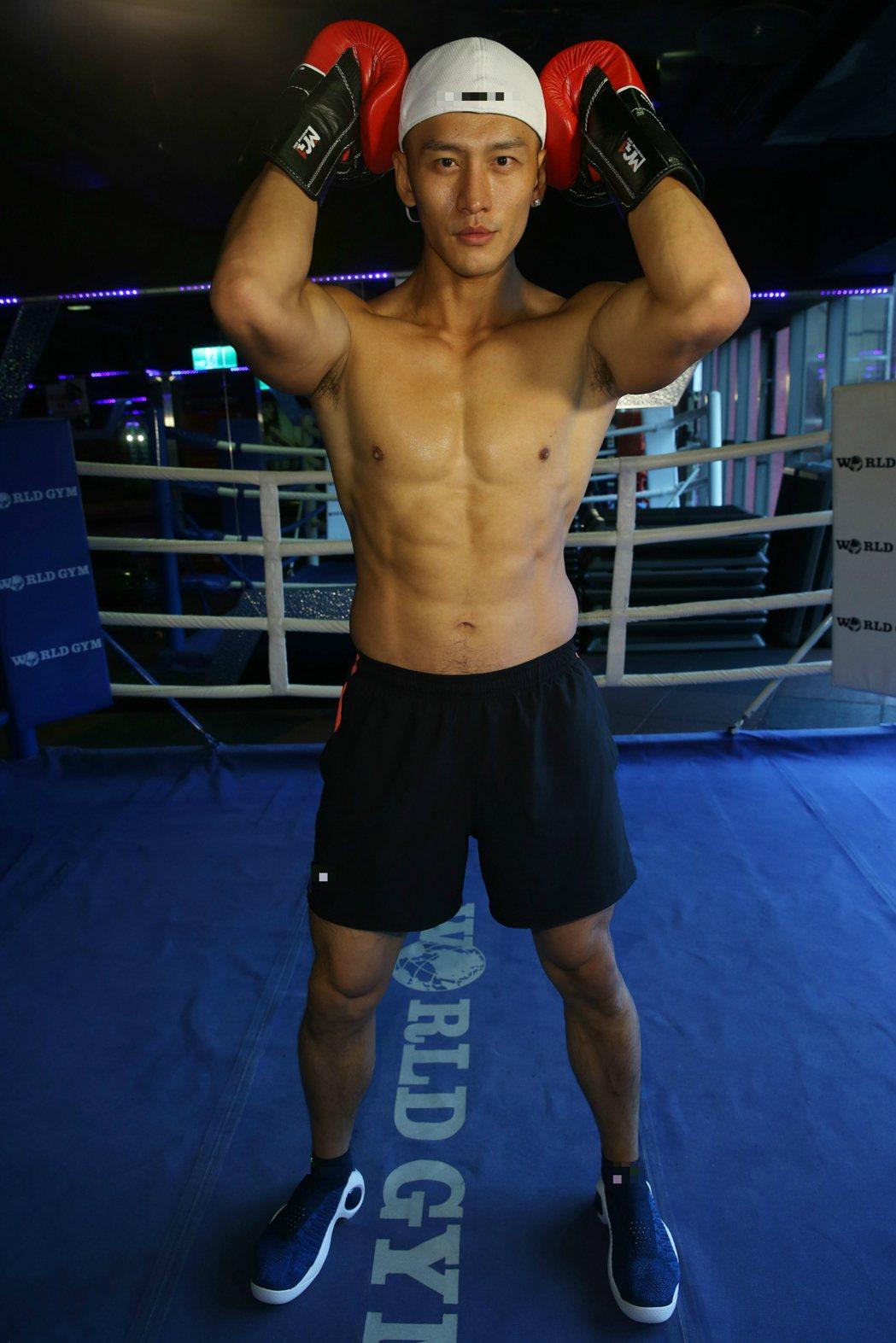 顧又銘在歐洲拍寫真,吸引不少外國人駐足,欣賞他健壯的肉體。記者林俊良/攝影