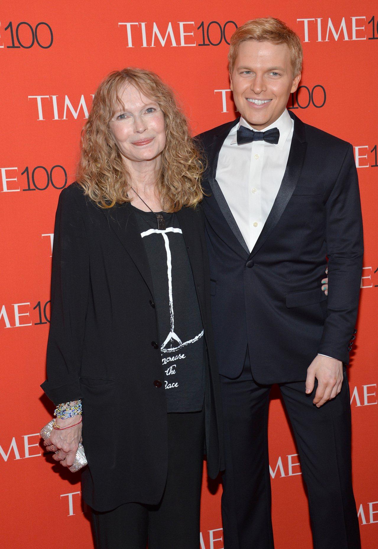 踢爆好萊塢重量級製片人溫斯坦性醜聞的記者羅南‧法羅,母親是資深女星米亞法羅。圖為...