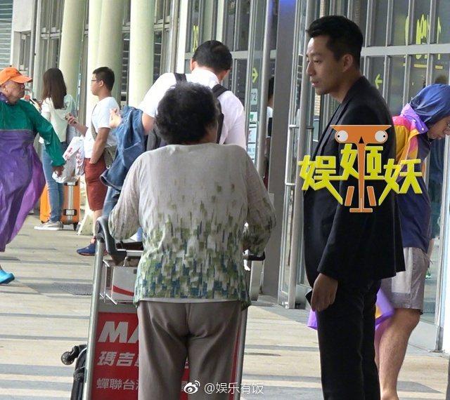 老奶奶向汪小菲問路。 圖/擷自微博