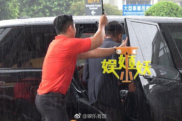 汪小菲讓老奶奶一同搭車離去。 圖/擷自微博