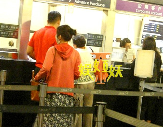 汪小菲的司機陪著老奶奶買高鐵的票。 圖/擷自微博