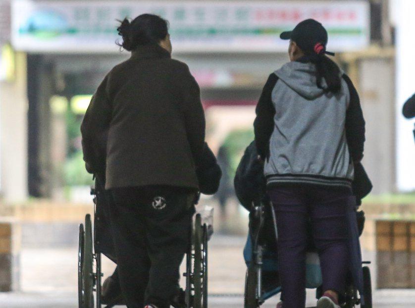 一名重症患者在「爆料公社」發文,表示自家的外勞不盡照顧責任,讓她很無奈。照片為示...