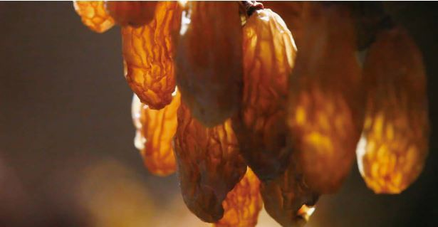 吐魯番的葡萄也到了華麗變身的時刻。含水量只剩下20%,果糖量高達60%,這就是超...