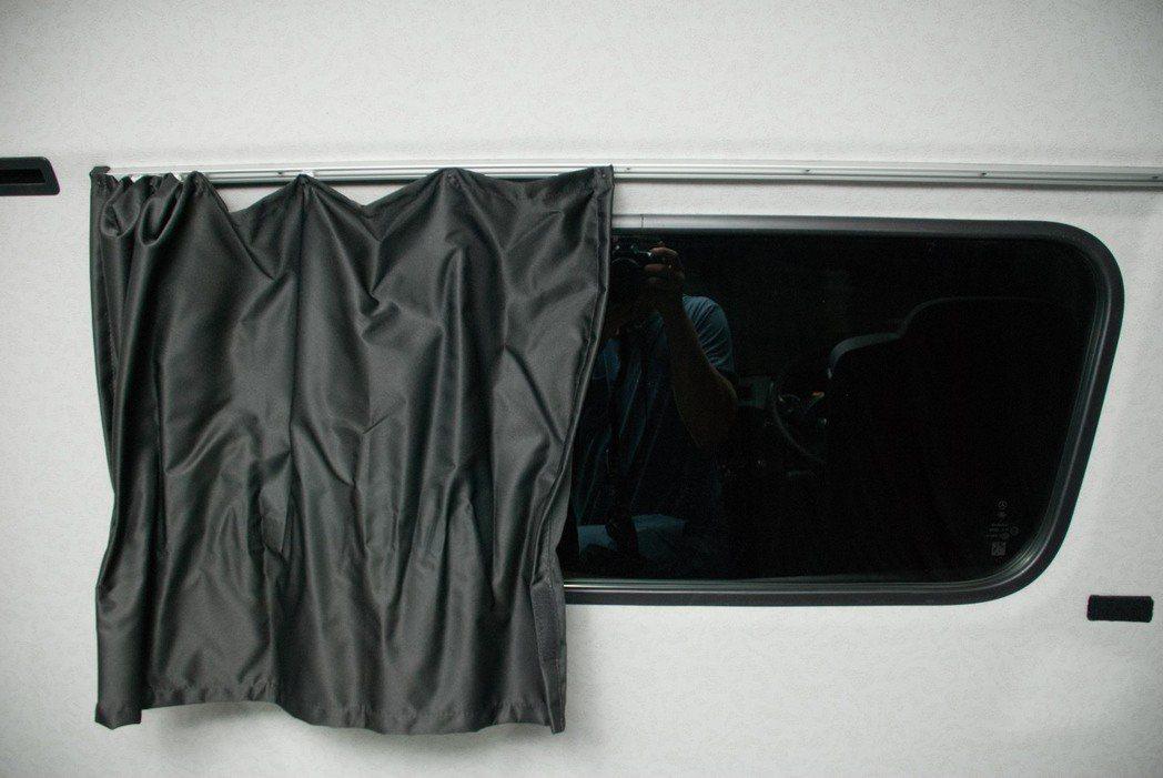 後窗有窗簾,在車上休息時也有隱私。記者林昱丞/攝影