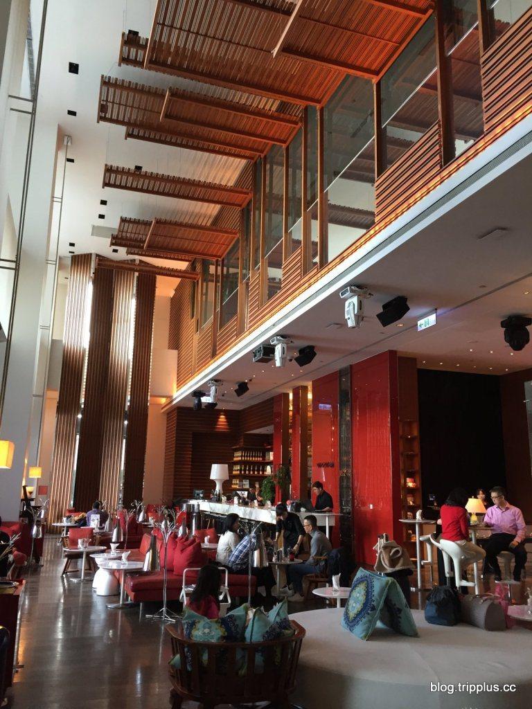 在10樓大廳旁的WooBar,腹地不大,但挑高的設計有幫助。圖文來自於:Trip...