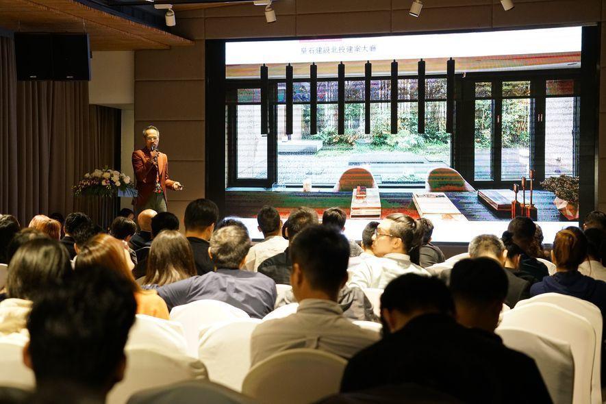 (圖)劉執董 在跨國設計論壇中大方分享設計案例