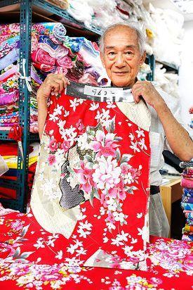 許萬福經營的「新經美」行以販售傳統的花布樣式為主,並熟知客戶的喜好。(攝影╱楊智...