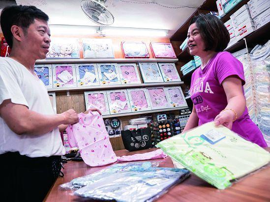 老萬昌內衣行專售內衣與嬰兒服飾,老闆裴志鵬(左)傳承老店,以良好的產品品質及服務...
