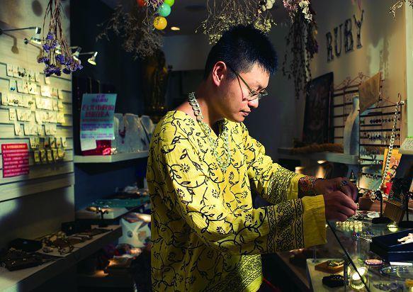 郭丞閔將店開在華西街,期待從來往的客人中尋找新的創作靈感。(攝影/黃建彬)