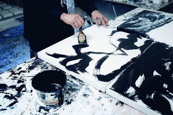 張曼麗的畫風抽象,深受東方哲學與西方技法的影響。(攝影/黃建彬)