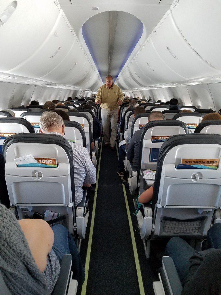 符合小弟小資身分的阿拉斯加航空 (Alaska Airlines) 經濟艙。圖文...