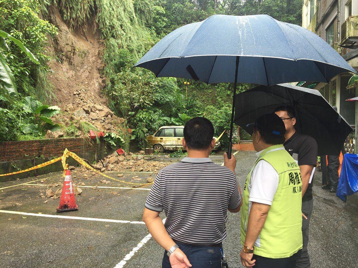 汐止明園山莊東側的山坡地擋土牆發生坍方意外,社區住戶擔心會繼續出現坍塌危及民宅安...