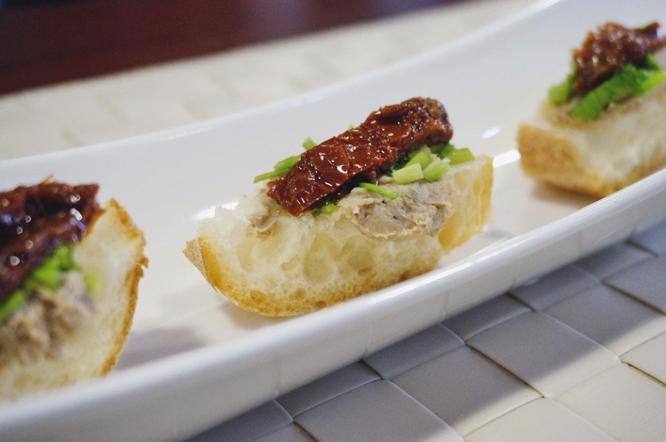 法式麵包佐油漬番茄鯷魚,加入中式料理最愛用的香菜,也很對味。(攝影/林郁姍)