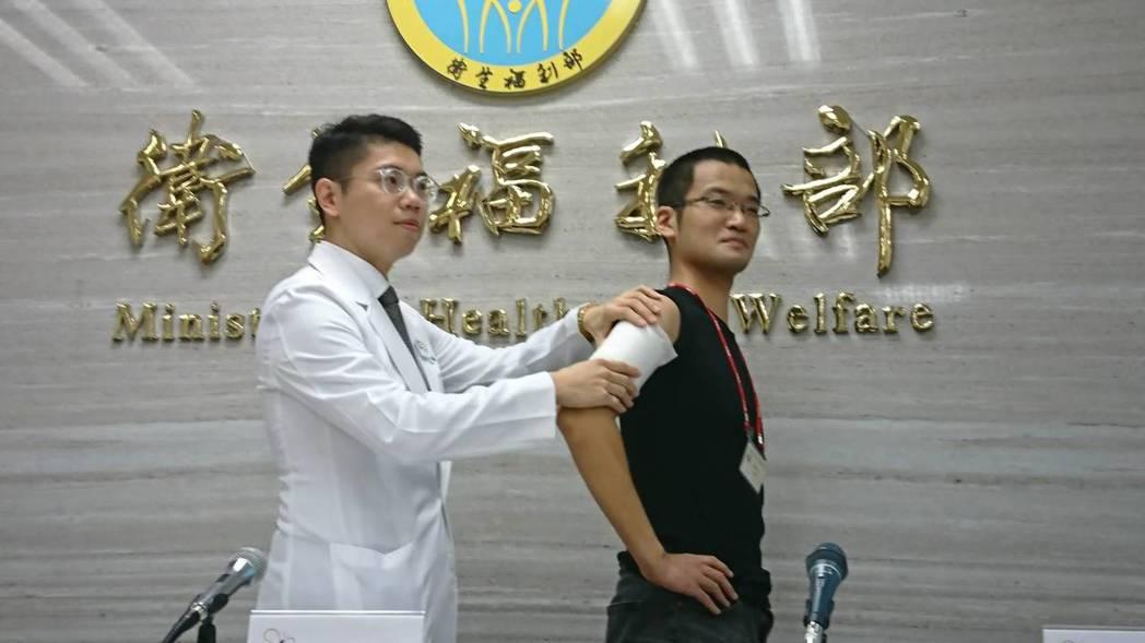 藥師曾冠燁(左)建議痠痛一族,貼布與口服藥擇一使用即可,使用貼布者,建議一次使用...