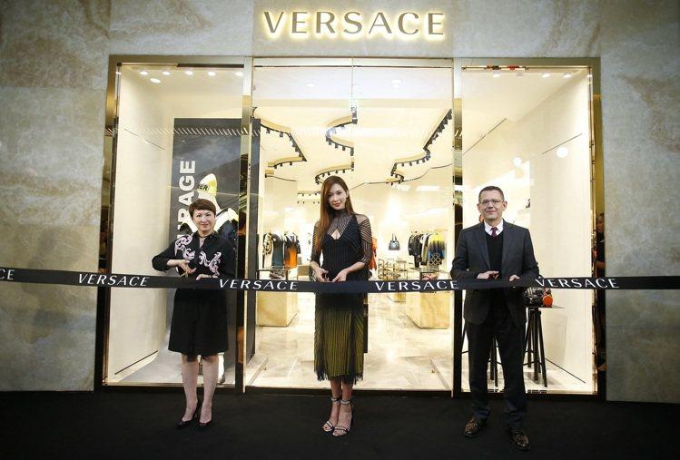 (左至右) VERSACE中國零售總經理李雅惠、林志玲、VERSACE亞太區董事...