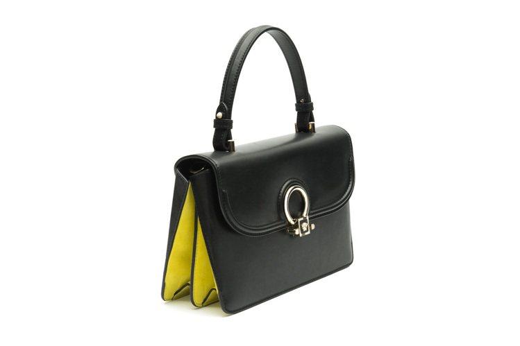 DV One鮮黃麂皮與黑色皮革拼接提包,67,000元。圖/VERSACE