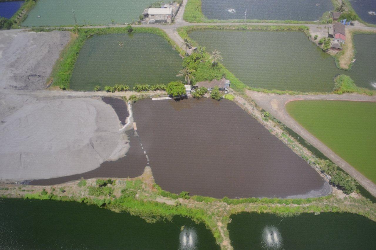 再過一段時間後,水色呈現灰黑,大地與生態都受到汙染。記者鄭惠仁/翻攝