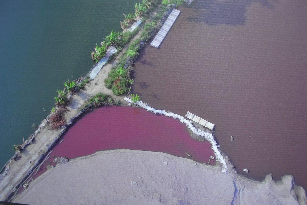過1、2周後,水色轉紅,已逐漸被大地吸收並使大地受到汙染。記者鄭惠仁/翻攝