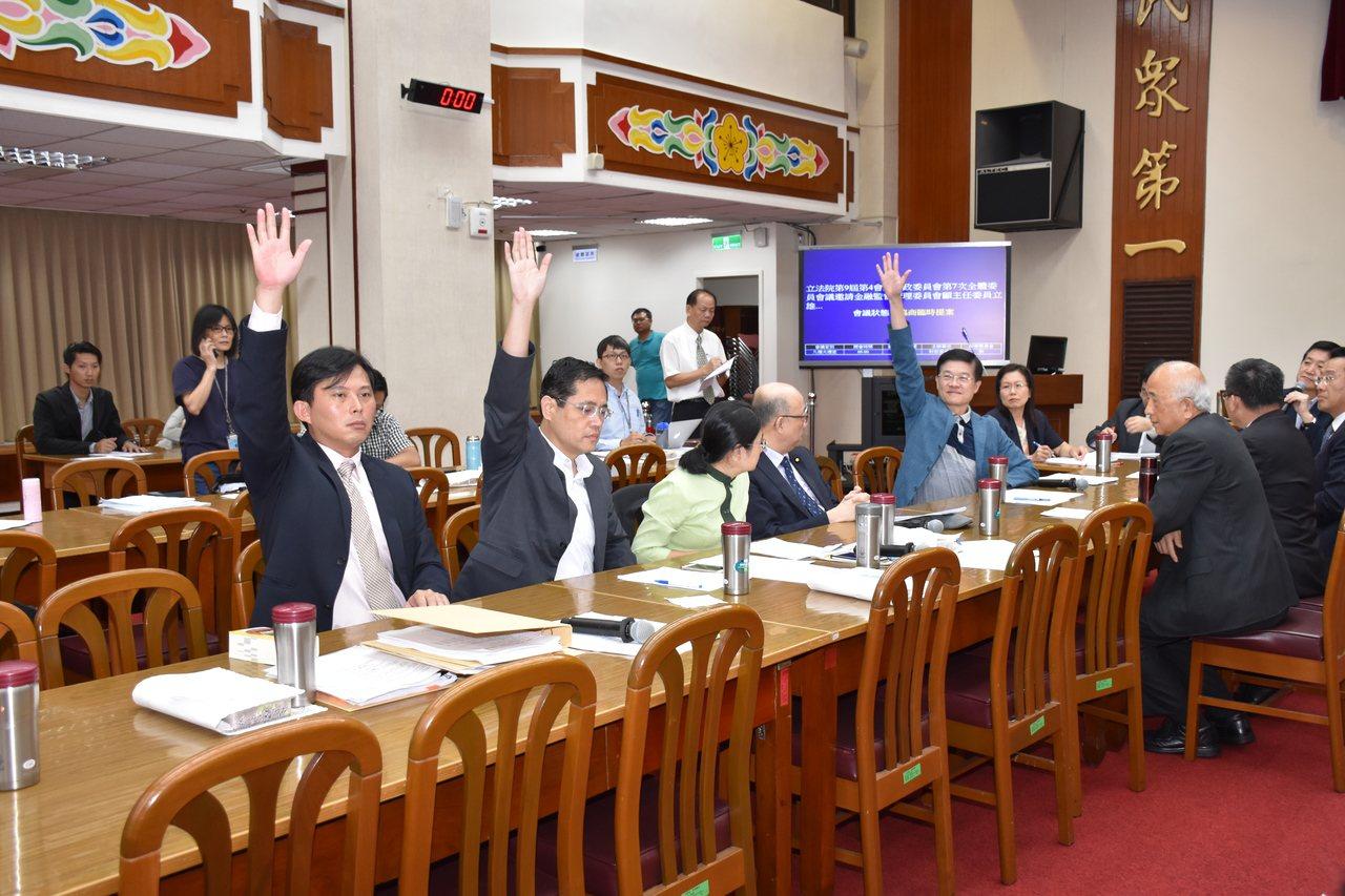立法院財委會今天表決通過,針對慶富獵雷艦聯貸案成立調閱專案小組,5位出席立委中,...