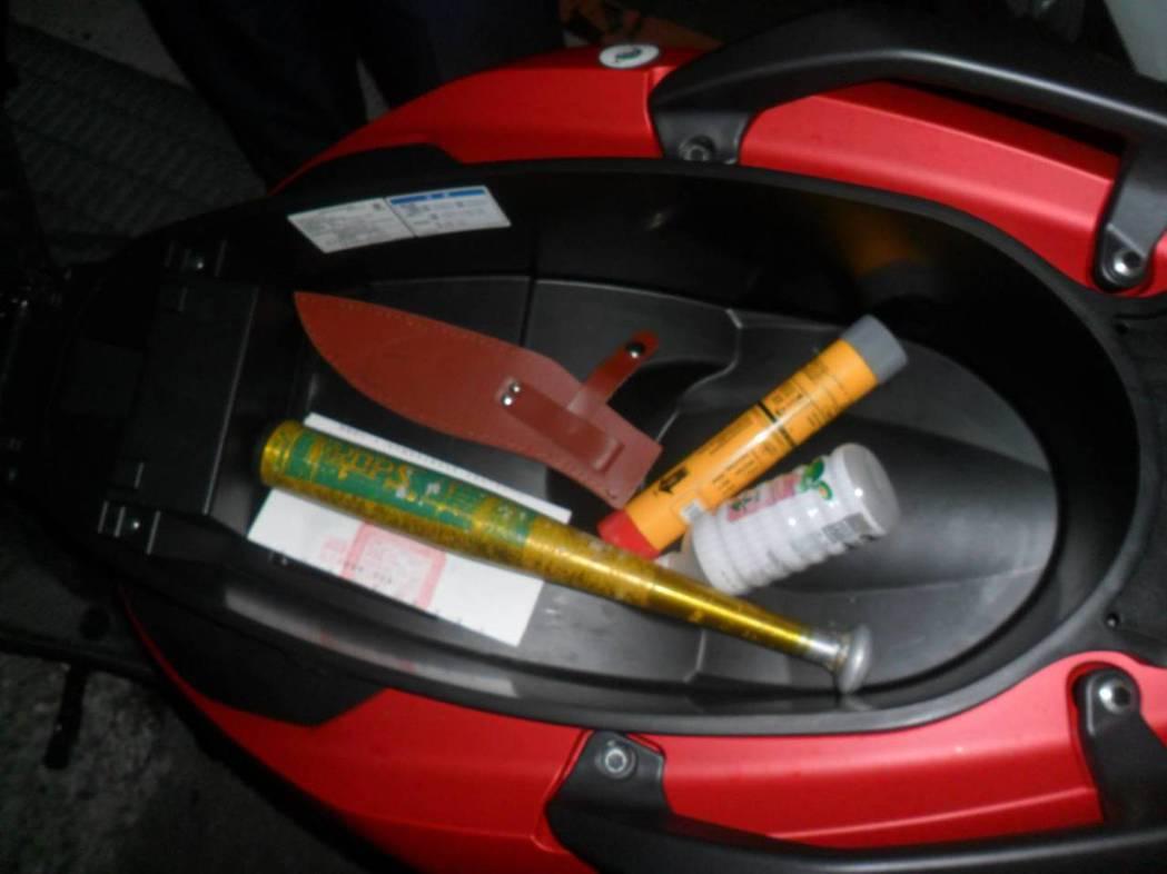 警方在他車廂查獲信號彈、球棒。記者曾健祐/翻攝