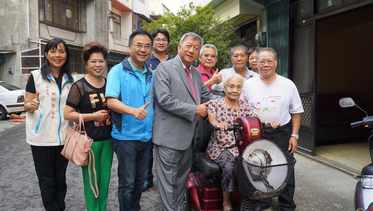 101歲徐葉順妹每天騎三輪機車代步,逛中央市場2小時。記者陳妍霖/攝影