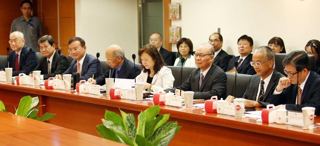 為完成「106年金融建言白皮書」,金管會下午召集各大公會理事長共同開會研討重點。...