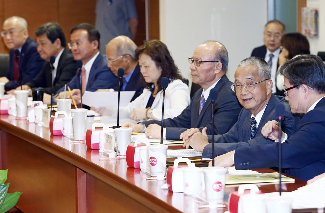 金融業代表,包括金融總會代理理事長黃調貴(右二)、銀行公會常務理事王榮周(右三)...
