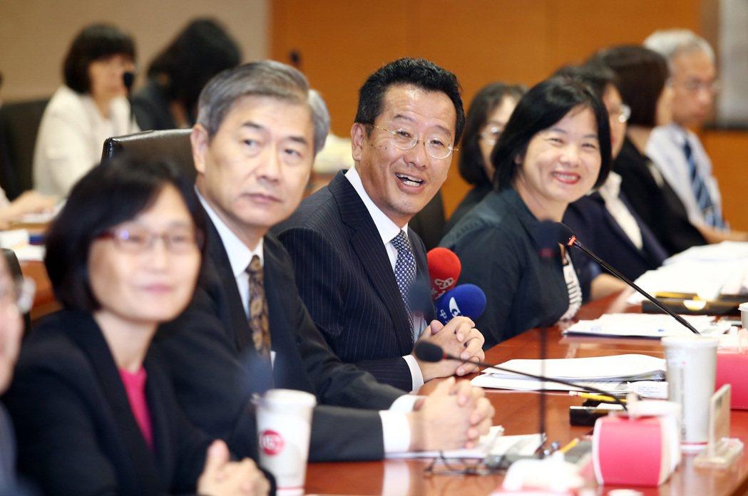 金管會主委顧立雄(圖中)主持「106年金融建言白皮書」會議。記者杜建重/攝影。